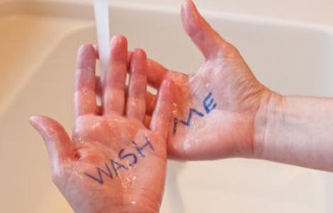 Kto si po toalete umýva ruky viac, muži či ženy?